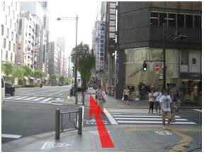 銀座西五丁目交差点を渡り、Ms.REIKO(閉店)を右に見ながら直進します。