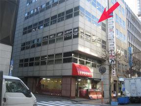 最初の交差点の左側のビルの4階がクリニックです。 1階の赤い屋根の阪神調剤薬局が目印です。