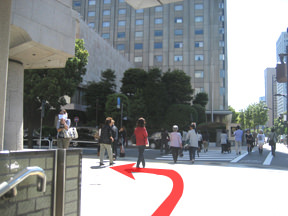 A13出口から出ます。正面に帝国ホテルが見えます。 日生劇場と帝国ホテルの間の通り(みゆき通り)に入ります。
