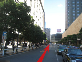 日比谷公園を背にして歩き、右に帝国ホテル、左に東京宝塚を見ながら進みます。