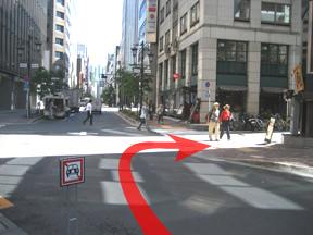 最初の十字路を東方見聞録の看板を右に見ながら右折します。