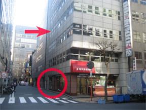 最初の交差点の右のビルの4階がクリニックです。 ここが入り口です。