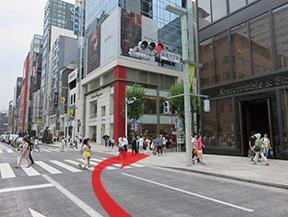 GINZA SIXを通り過ぎて銀座6丁目交差点を右に曲がります。 FerragamoとAbercombie&Fitchの間を通ります。