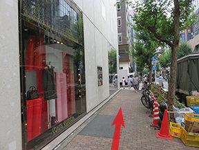右に交詢ビルを、左にPIAGET、Louis Vuittonを見ながら直進し、並木通りを渡ります。